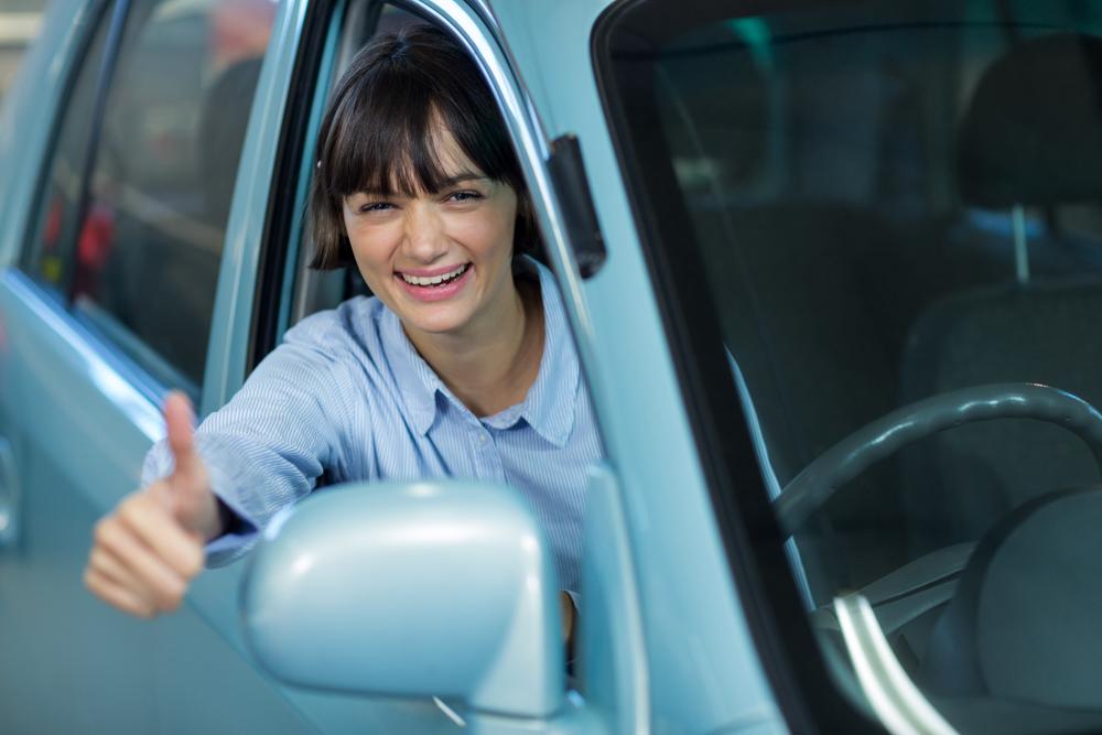 Mujer sonriente en coche