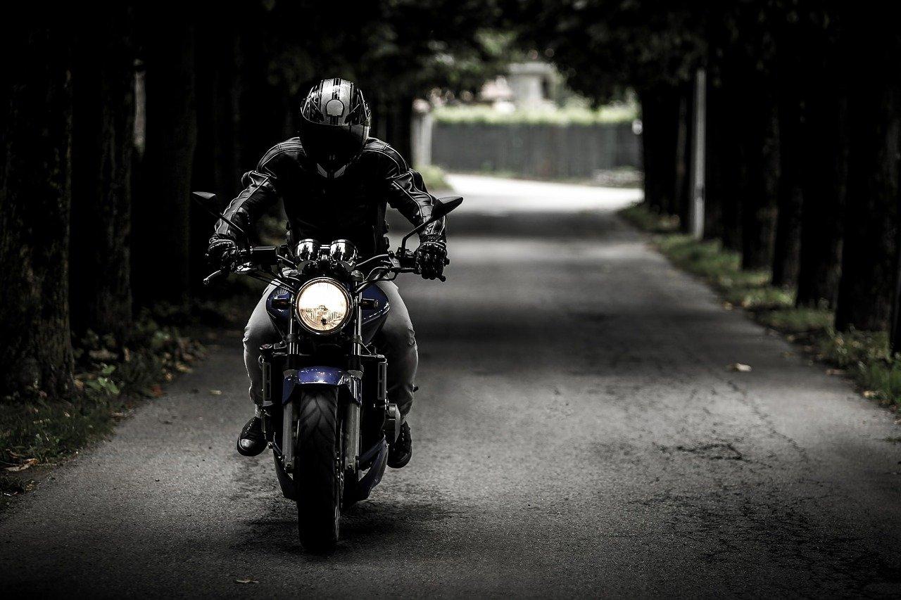 Equipamiento obligatorio para llevar en moto 2021 según la DGT width=