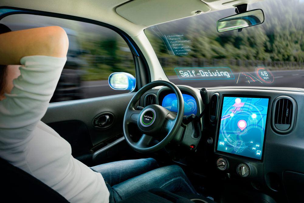 Interior de un coche autónomo con conductor relajado
