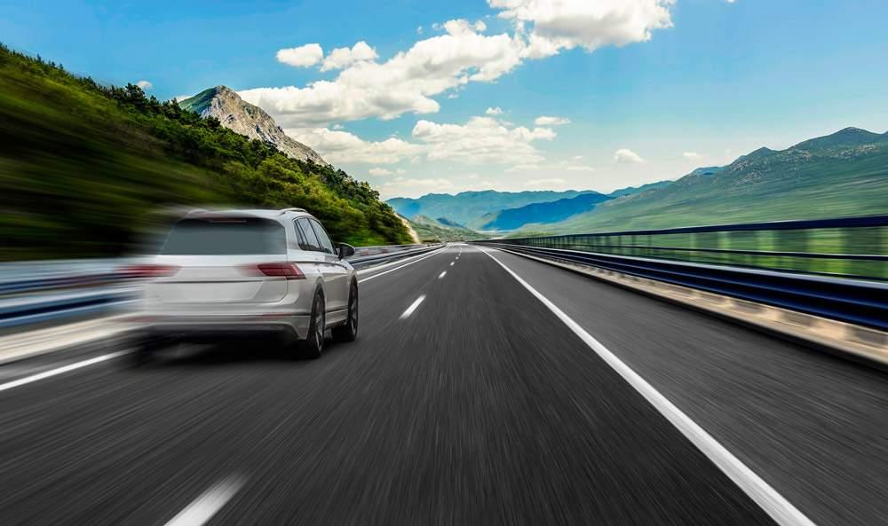 coche con conductor realizando una conducción temeraria y negligente