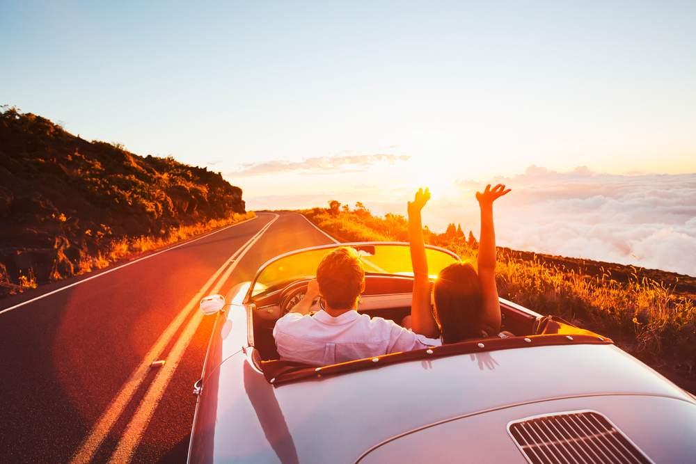 Pareja conduciendo en verano