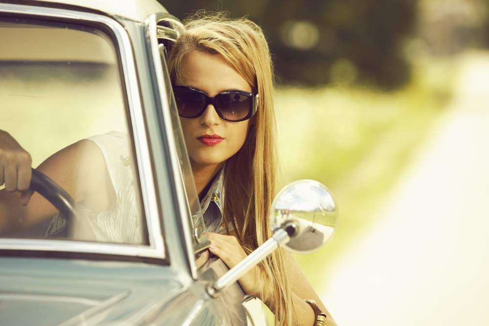 mujer con gafas de sol para conducir