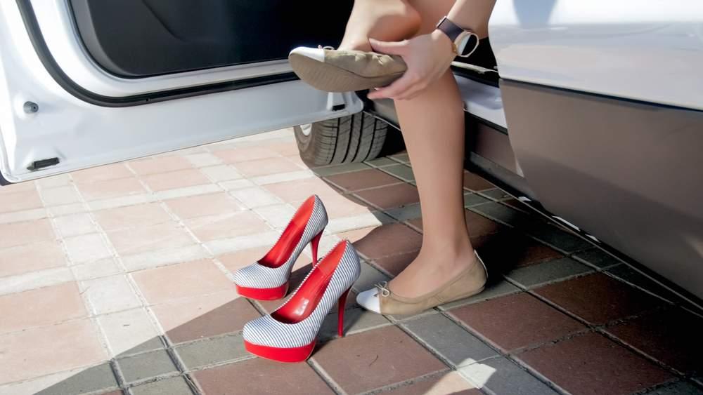 Mujer elige un mejor calzado para conducir
