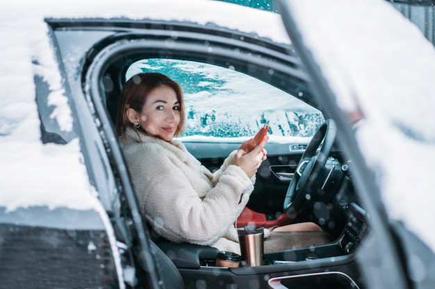 Vehículo estacionado durante invierno
